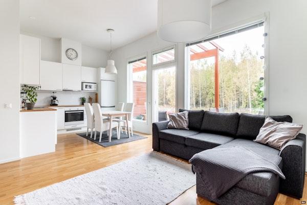 Tyylikäs ja valoisa saunallinen rivitalokaksio, 2014 valmistuneessa talossa Kivistössä - Turnajaistie 6  D16