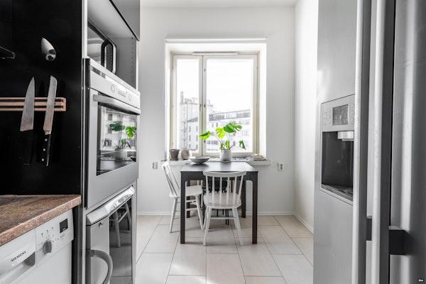 Näppärä alkovillinen ylimmän kerroksen yksiö täysikokoisella keittiöllä Kalliossa - Kolmas Linja 14  B 52
