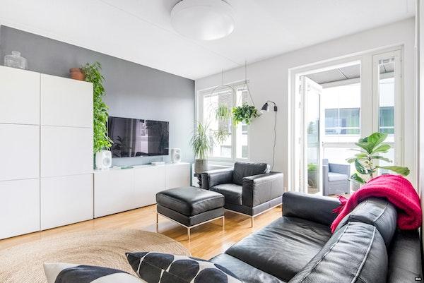 Uudenkarhea asunto loistavalla pohjalla sekä lasitetulla parvekkeella Laajasalon Kruunuvuorenrannasta - Koirasaarentie 21