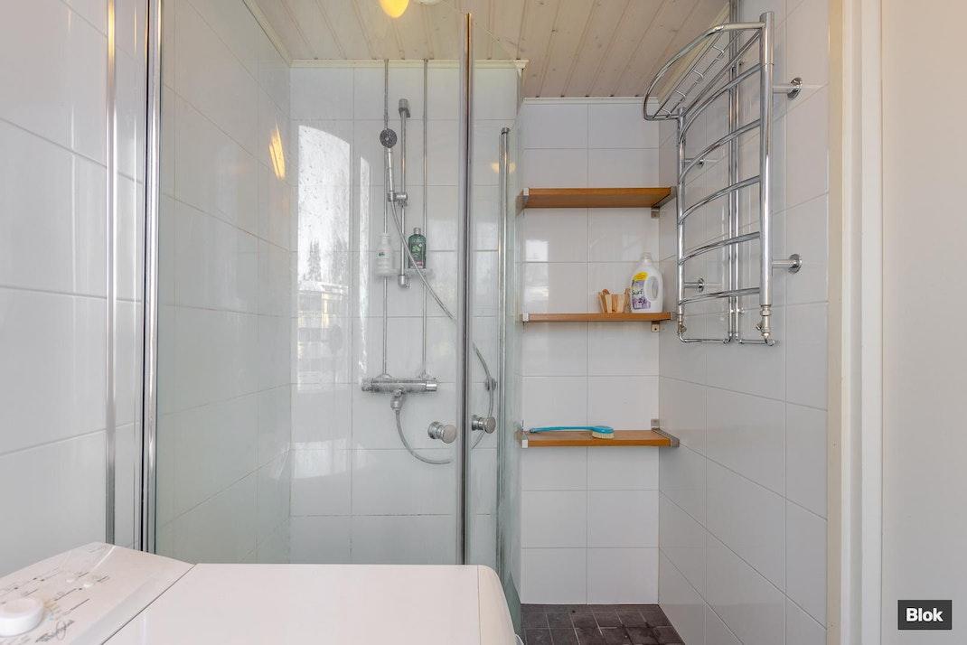 Karhumäentie 10 M 115 Kylpyhuone & Erillinen WC