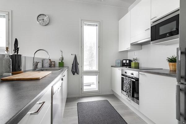 Uudenveroinen luhtitalon toisen kerroksen päätykaksio Viikissä - Valborginkatu 5  C19