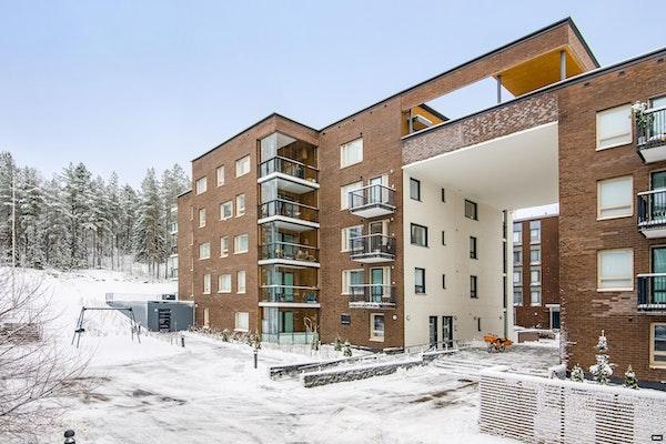 Uudenkarhea ylimmän kerroksen saunallinen kaksio Espoon Suurpellossa - Klariksentie 4