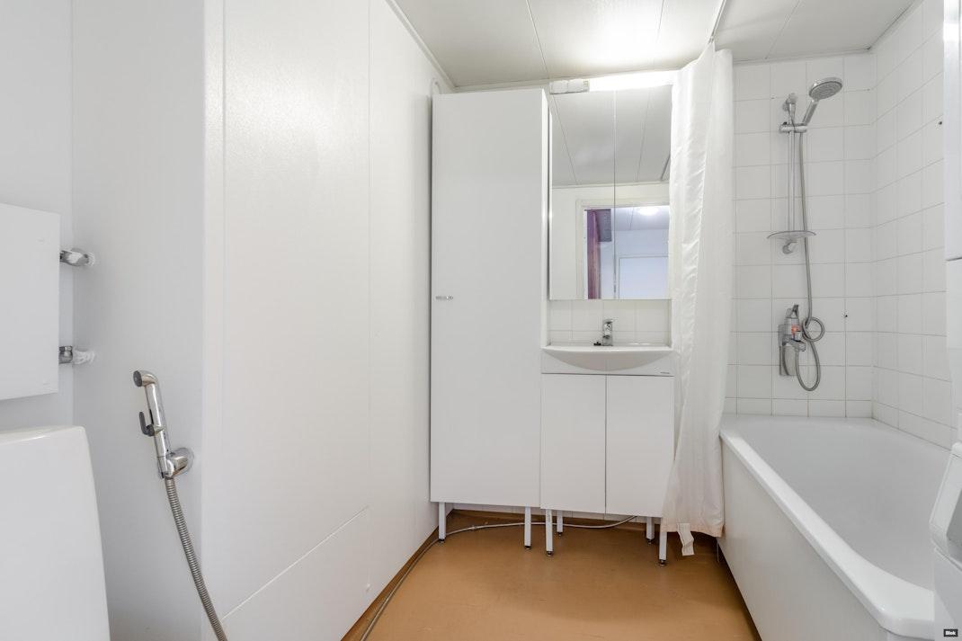 Talvikkitie 22 C 16 Kylpyhuone