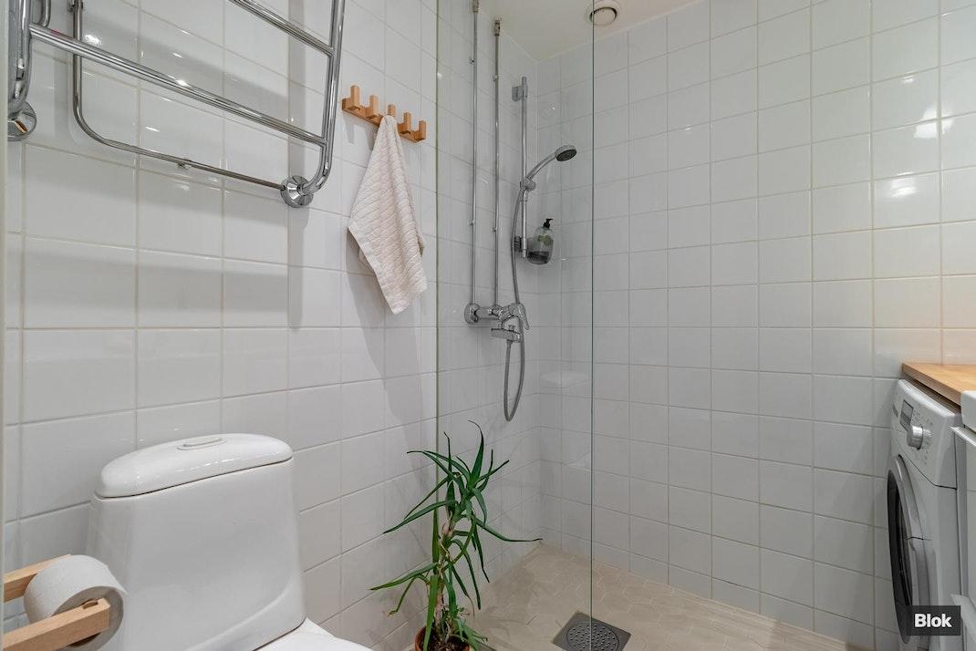 Ruusutarhantie 2 Kylpyhuone & Erillinen WC