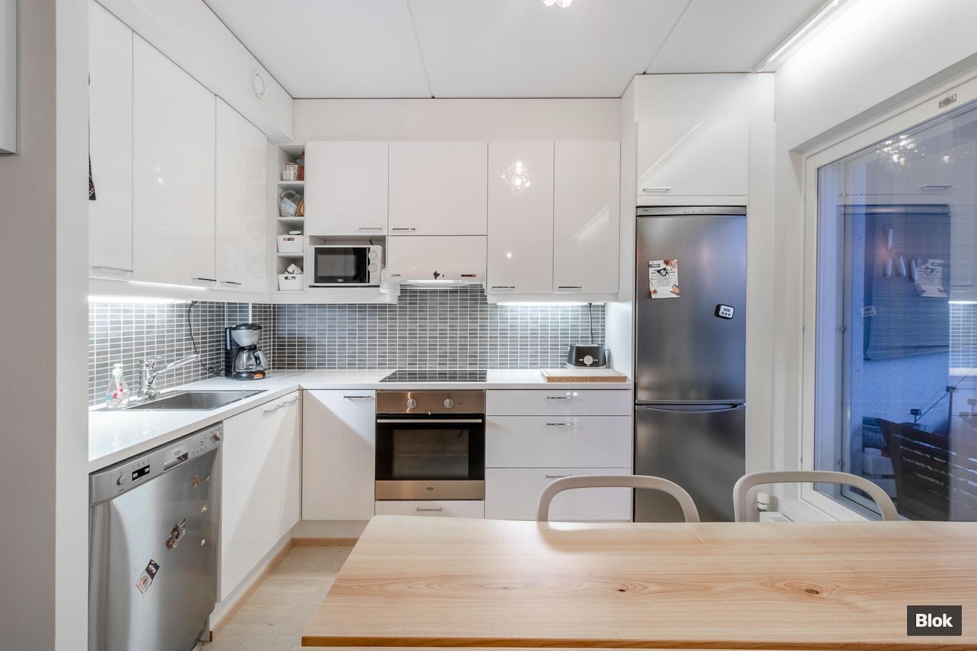 Rivitalomaista asumista, vuonna 2014 rakennetussa, kaksikerroksisessa luhtitalo asunnossa