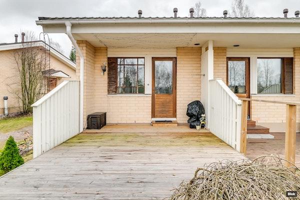 Rivitalon pääty-yksiö komealla terassilla ja jokilaaksonäkymillä Hakkilassa - Kunnaantie 18  E 22