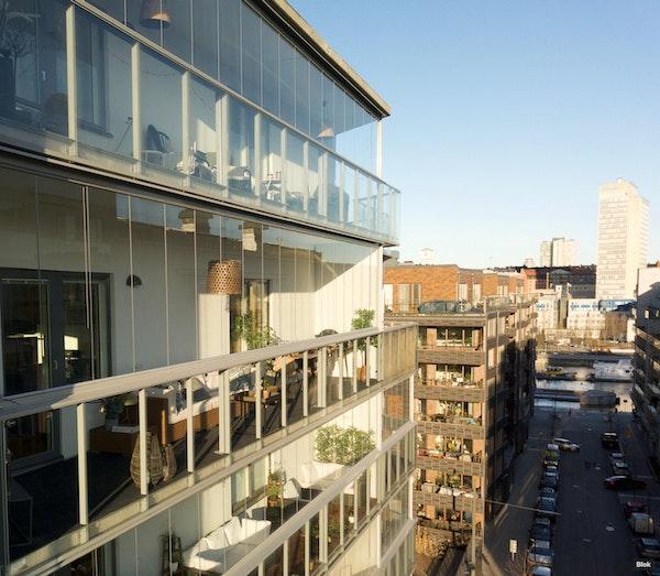 Bekymmersfri 3:a med 21 kvm stor balkong och takhöjd att skryta om - Hammarby Allé 15, 8 tr 1503