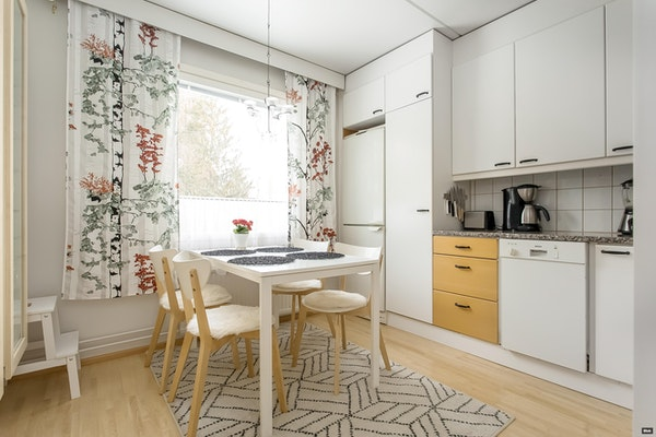 Tilava saunallinen ja parvekkeellinen kolmen makuuhuoneen asunto Alhoniityssä - Lauttakorventie 5  A1