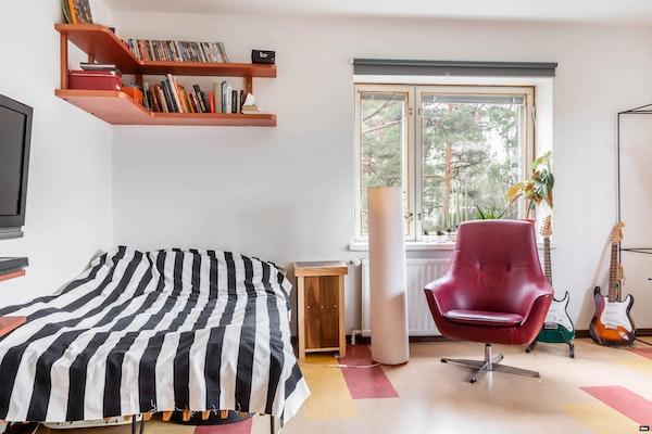 Iso ylimmän kerroksen parvekkeellinen kaksio, putkiremontoidussa 50-luvun talossa Vasaramäessä - Lehmustie 27  as. 22