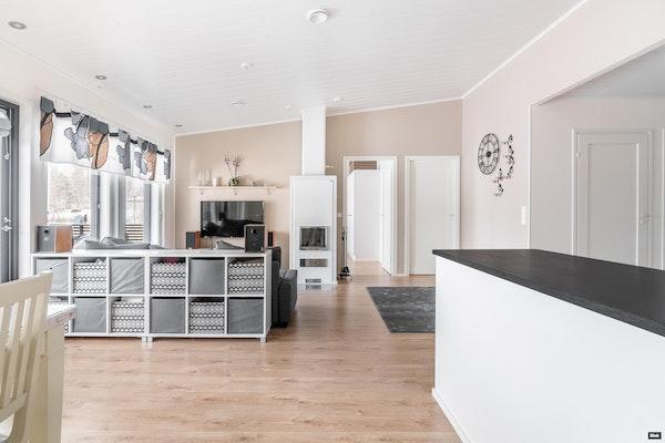 Moderni kolmen makuuhuoneen 2015 valmistunut paritalokoti Metsäkaltevassa - Lounatuulentie 16  D1