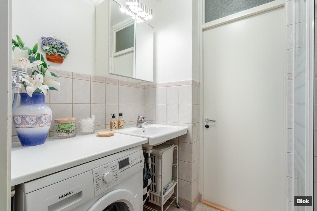 Myyrmäentie 6 C 82 Kylpyhuone & Erillinen WC