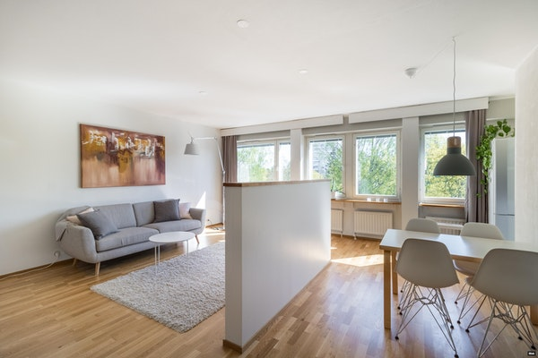 Kuvauksellinen kolmio erinomaisella pohjapiirustuksella ja lasitetulla parvekkeella Tapiolassa - Revontulentie 3  B 26