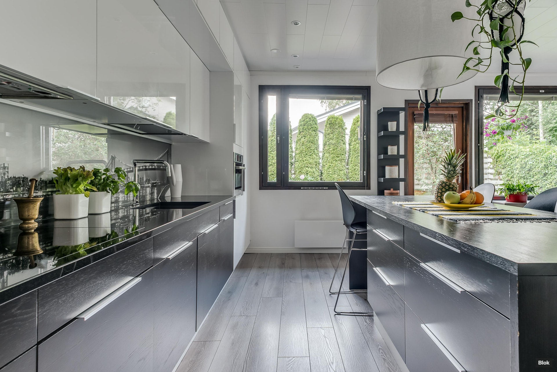 Modernin tyylikäs avokeittiö, iso terassi ja oma vehreä puutarha. –Tässä paritalohuoneistossa kaikki tarpeellinen halutulla Tapaninkylän asuinalueella!