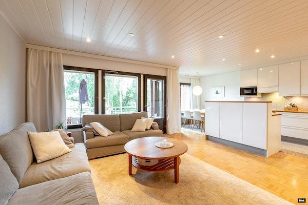 Meren rannalla hyvin hoidetussa taloyhtiössä valoisa ja avara koti 3 tasossa. - Miniatontie 8  A 3
