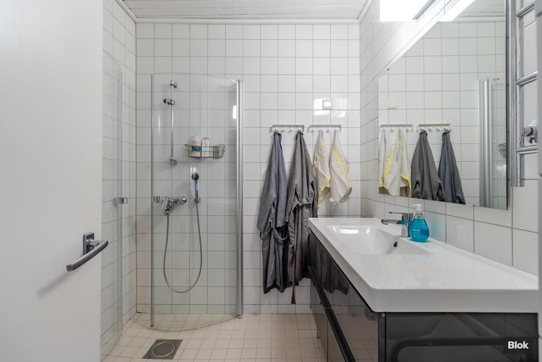 Suvikummunrinne 4 C 10 Kylpyhuone & Erillinen WC