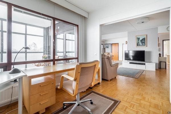 Huipputilava viiden huoneen ja kahden parvekkeen asunto, merinäkymillä Naantalin Väinölässä - Lukkarinkatu 4  B 54